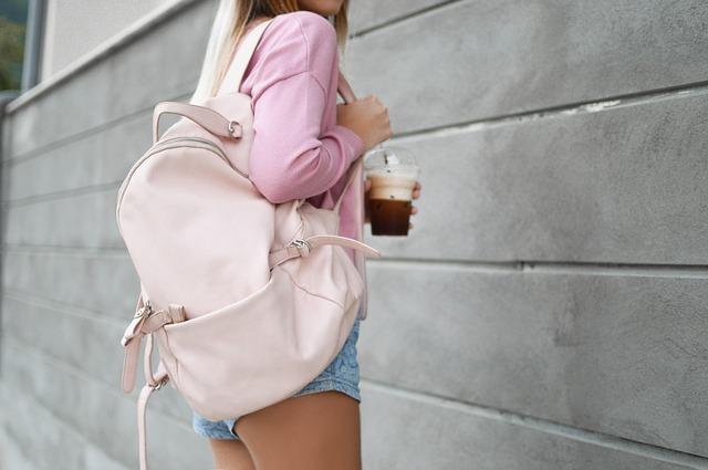 světlý batoh