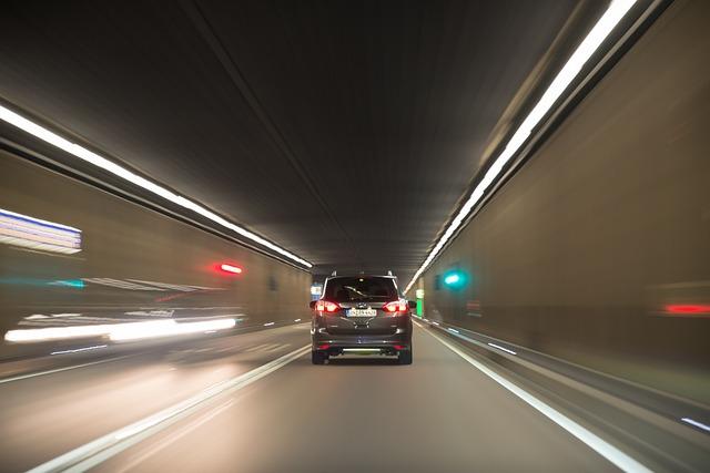 rychlá jízda, rozmazané tmavé okolí