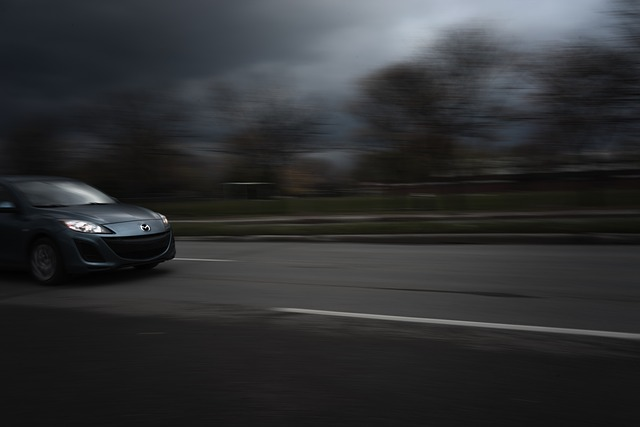 rychlá jízda, rozmazané tmavé okolí.jpg
