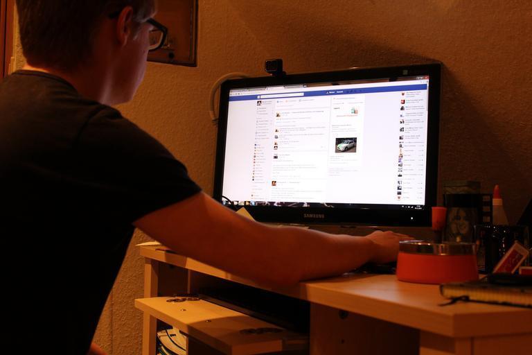 muž u Facebooku.jpg