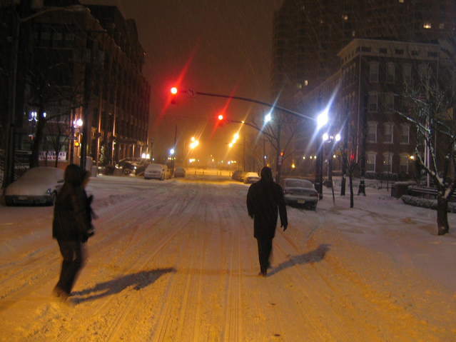 večerní zasněžená ulice