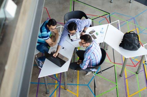 podnikatelé u stolu
